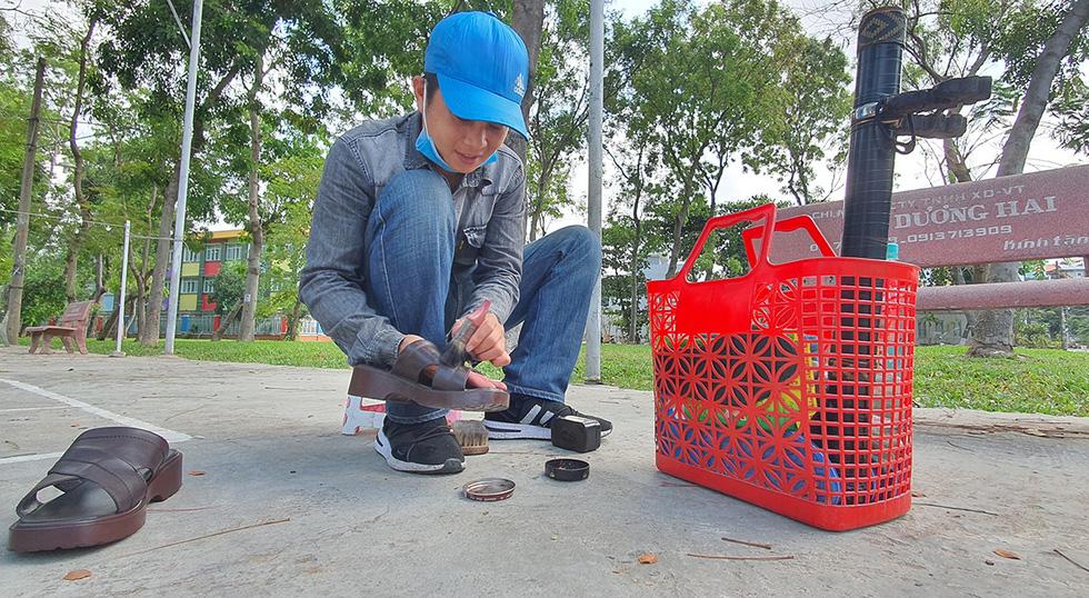 Đánh giày, bán nước mía, nước sâm... kiếm miếng ăn dưới trời nắng nóng - Ảnh 3.