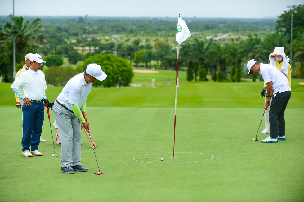 Hai tuần cấp phép một sân golf - Ảnh 1.
