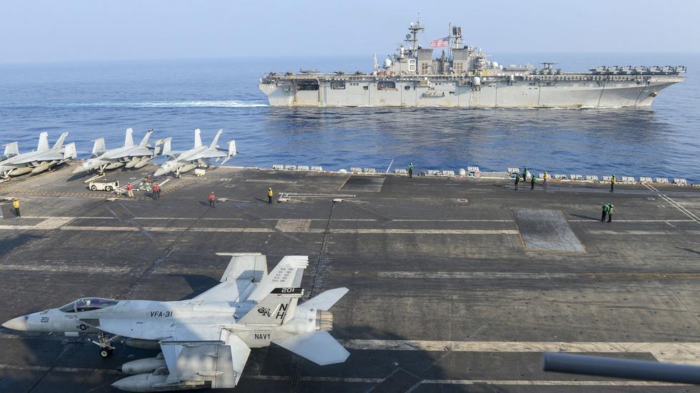 Tàu sân bay Trung Quốc bị tàu chiến Mỹ bám đuổi, chọc thủng đội hình? - Ảnh 3.
