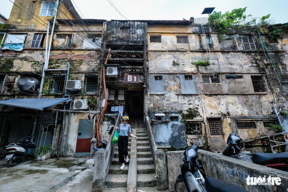 Khó tin nổi trước hình ảnh những chung cư quá nguy hiểm ở Hà Nội - Ảnh 2.