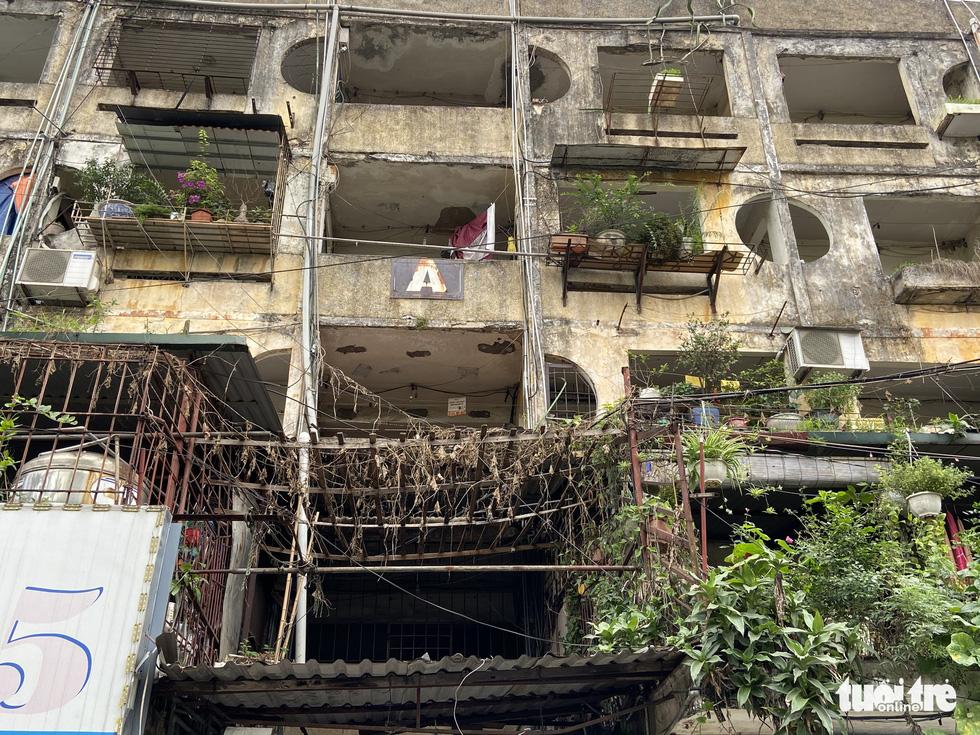 Khó tin nổi trước hình ảnh những chung cư quá nguy hiểm ở Hà Nội - Ảnh 7.