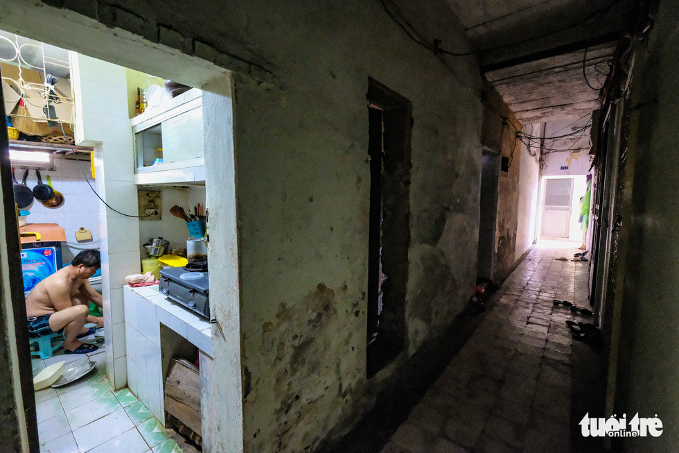 Khó tin nổi trước hình ảnh những chung cư quá nguy hiểm ở Hà Nội - Ảnh 3.