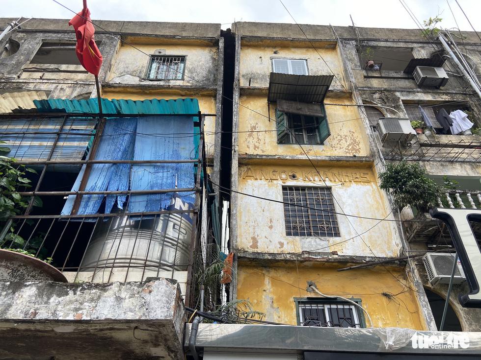 Khó tin nổi trước hình ảnh những chung cư quá nguy hiểm ở Hà Nội - Ảnh 8.