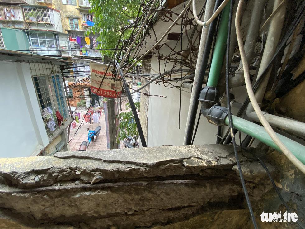 Khó tin nổi trước hình ảnh những chung cư quá nguy hiểm ở Hà Nội - Ảnh 9.