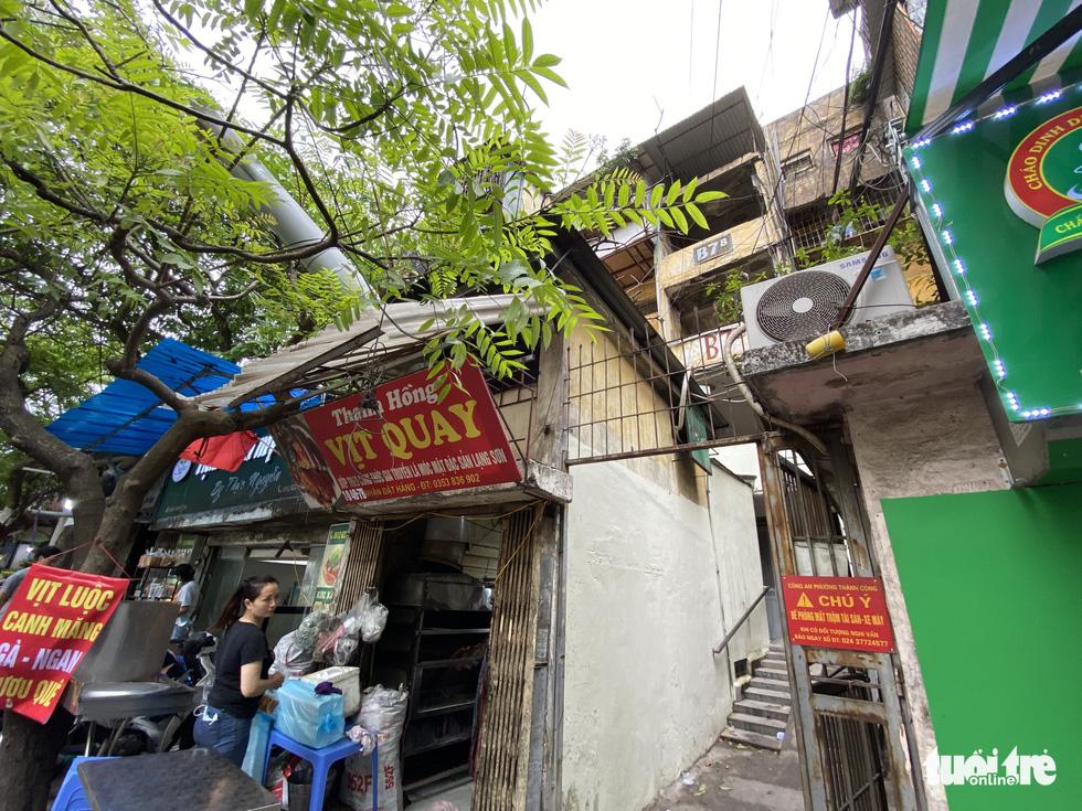 Khó tin nổi trước hình ảnh những chung cư quá nguy hiểm ở Hà Nội - Ảnh 10.