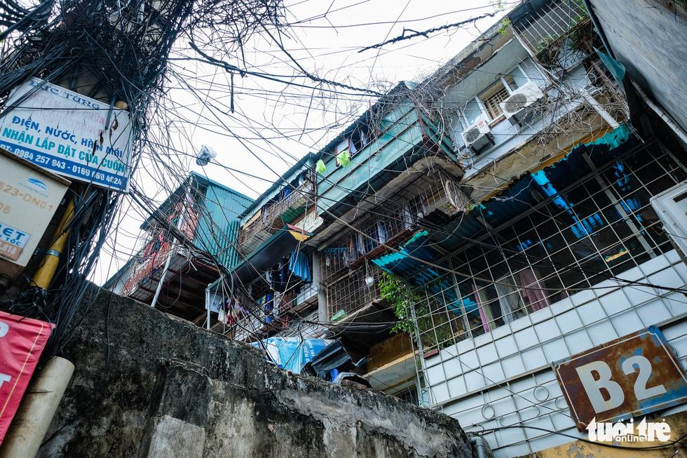 Khó tin nổi trước hình ảnh những chung cư quá nguy hiểm ở Hà Nội - Ảnh 5.