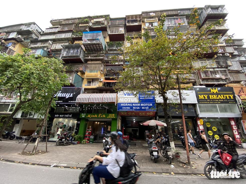 Khó tin nổi trước hình ảnh những chung cư quá nguy hiểm ở Hà Nội - Ảnh 11.