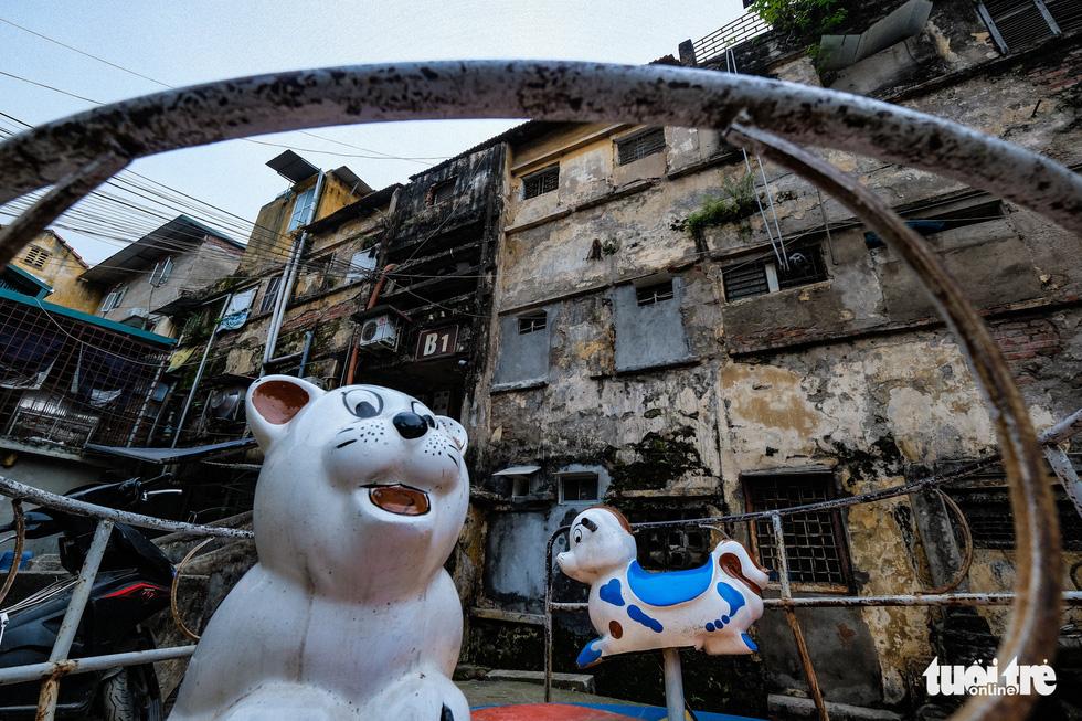 Khó tin nổi trước hình ảnh những chung cư quá nguy hiểm ở Hà Nội - Ảnh 1.