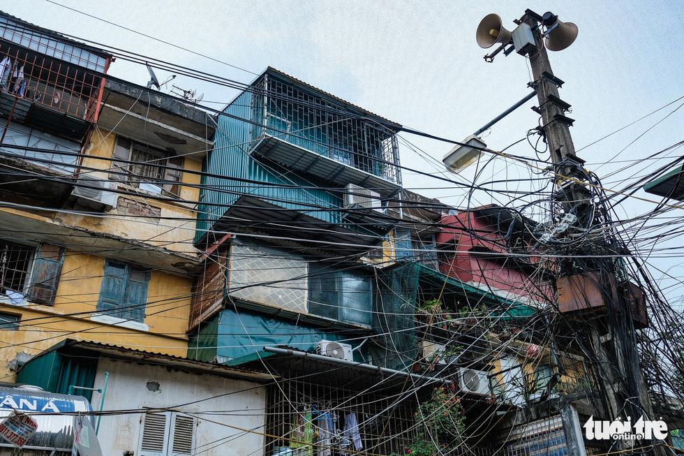 Khó tin nổi trước hình ảnh những chung cư quá nguy hiểm ở Hà Nội - Ảnh 6.