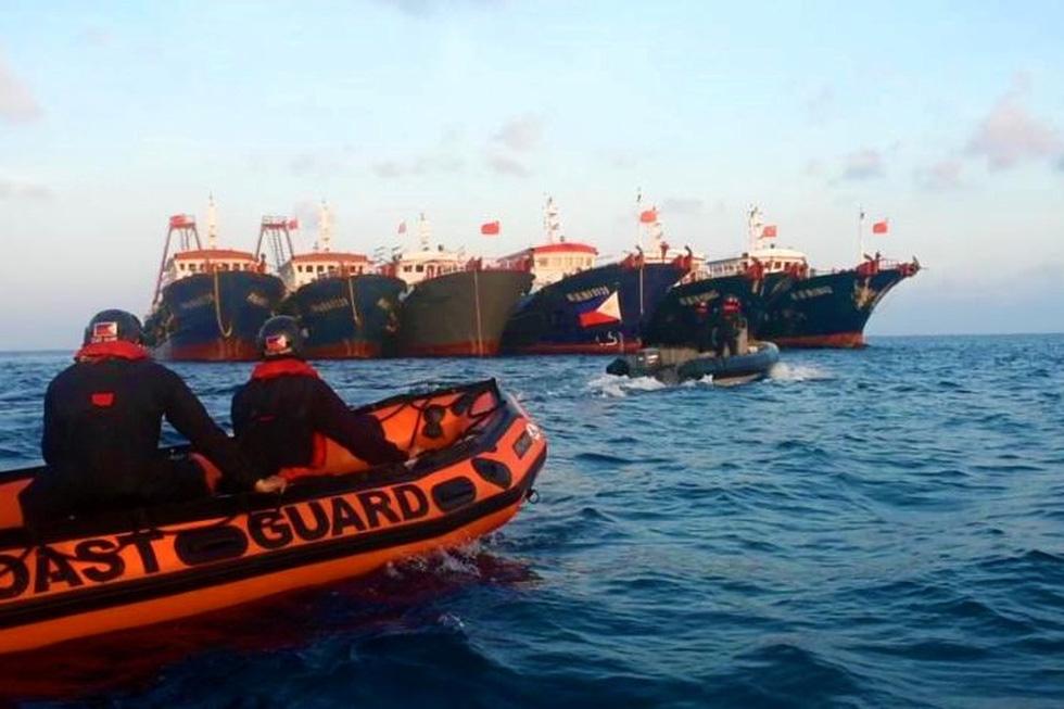 Philippines công bố hình ảnh áp sát tàu Trung Quốc tại đá Ba Đầu - Ảnh 1.