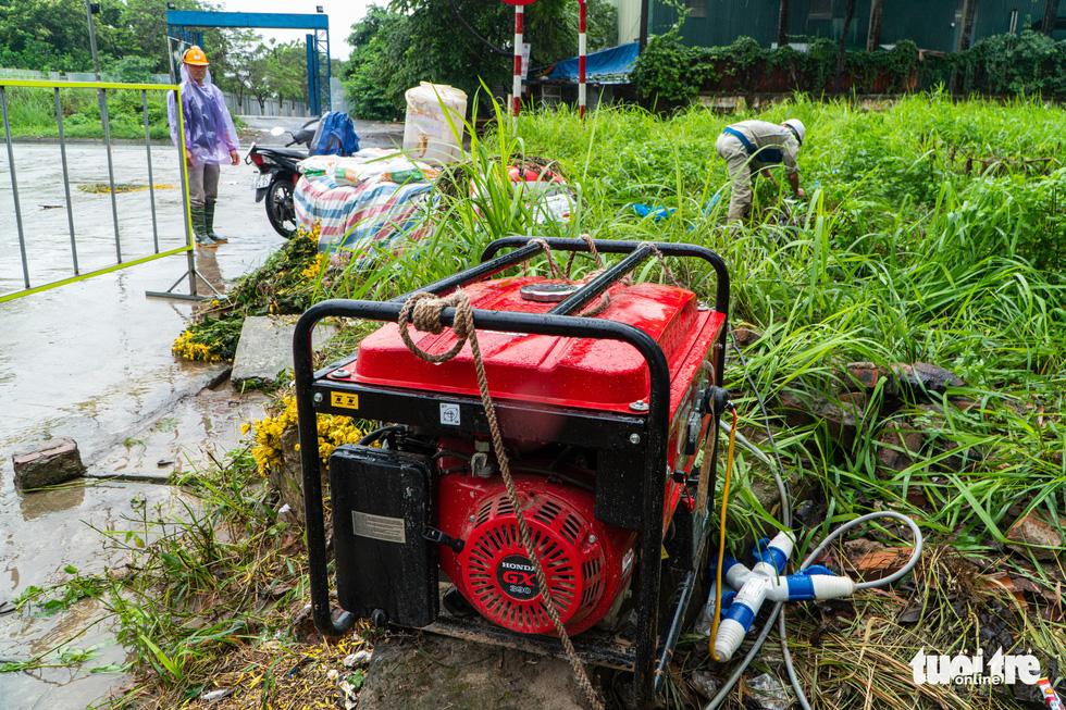 Hà Nội nhiều nơi ngập lênh láng sau mưa - Ảnh 3.