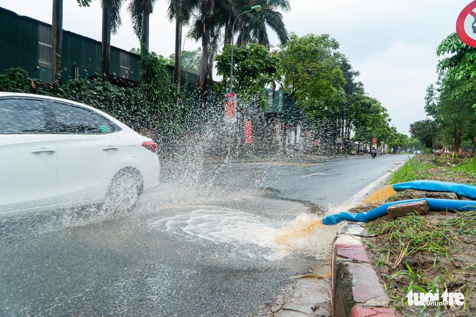 Hà Nội nhiều nơi ngập lênh láng sau mưa - Ảnh 5.