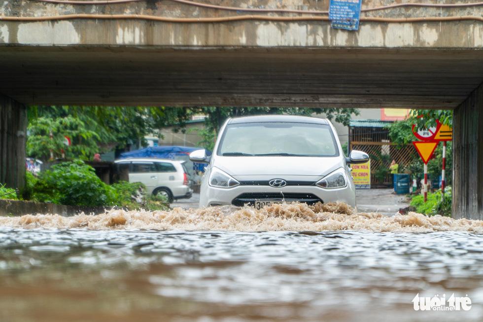 Hà Nội nhiều nơi ngập lênh láng sau mưa - Ảnh 2.