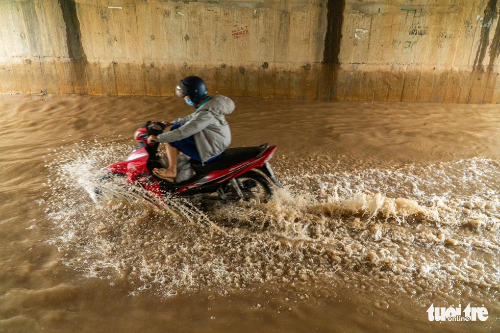 Hà Nội nhiều nơi ngập lênh láng sau mưa - Ảnh 4.