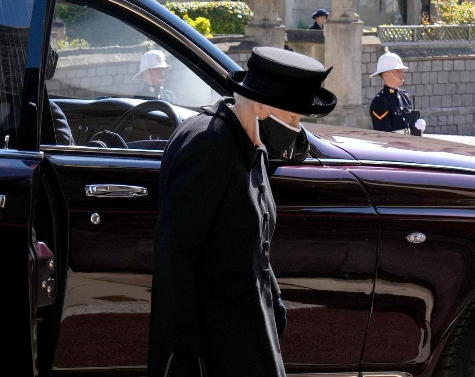 Nữ hoàng Anh lặng lẽ một mình, tiễn chồng về nơi an nghỉ cuối cùng - Ảnh 6.