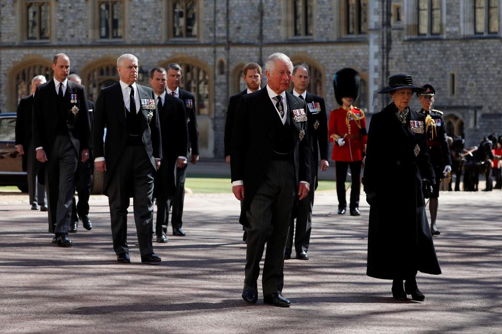 Nữ hoàng Anh lặng lẽ một mình, tiễn chồng về nơi an nghỉ cuối cùng - Ảnh 4.