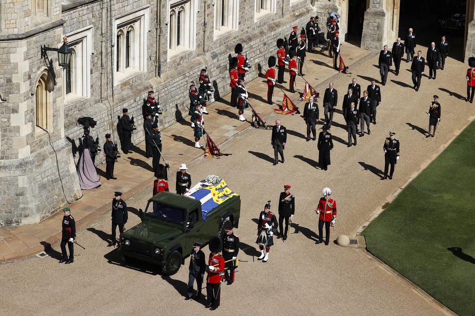 Nữ hoàng Anh lặng lẽ một mình, tiễn chồng về nơi an nghỉ cuối cùng - Ảnh 5.