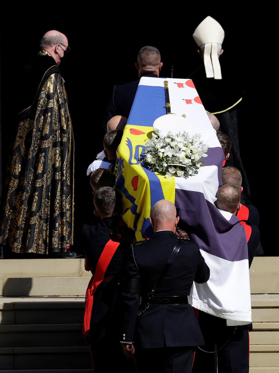 Nữ hoàng Anh lặng lẽ một mình, tiễn chồng về nơi an nghỉ cuối cùng - Ảnh 9.