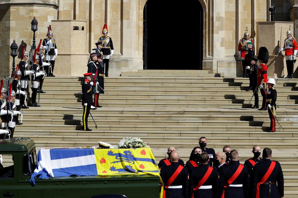 Nữ hoàng Anh lặng lẽ một mình, tiễn chồng về nơi an nghỉ cuối cùng - Ảnh 8.