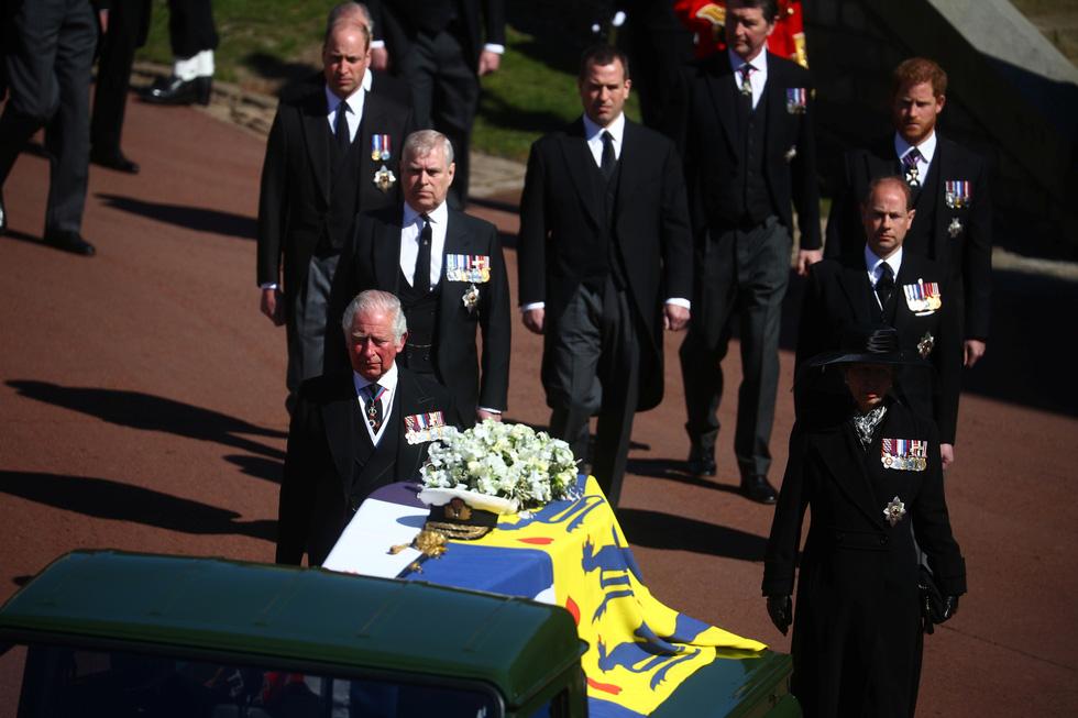 Nữ hoàng Anh lặng lẽ một mình, tiễn chồng về nơi an nghỉ cuối cùng - Ảnh 7.