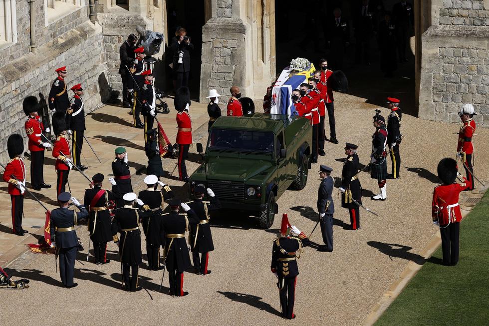 Nữ hoàng Anh lặng lẽ một mình, tiễn chồng về nơi an nghỉ cuối cùng - Ảnh 3.