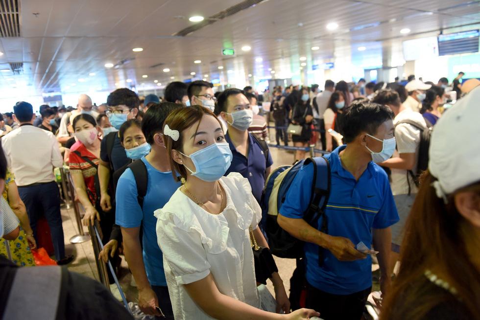 Hàng ngàn khách chen chúc chờ soi chiếu ở sân bay Tân Sơn Nhất - Ảnh 2.