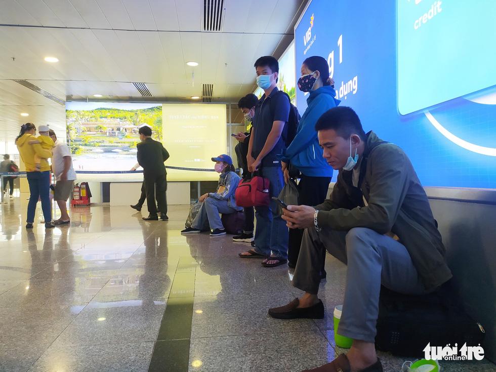 Hàng ngàn khách chen chúc chờ soi chiếu ở sân bay Tân Sơn Nhất - Ảnh 13.
