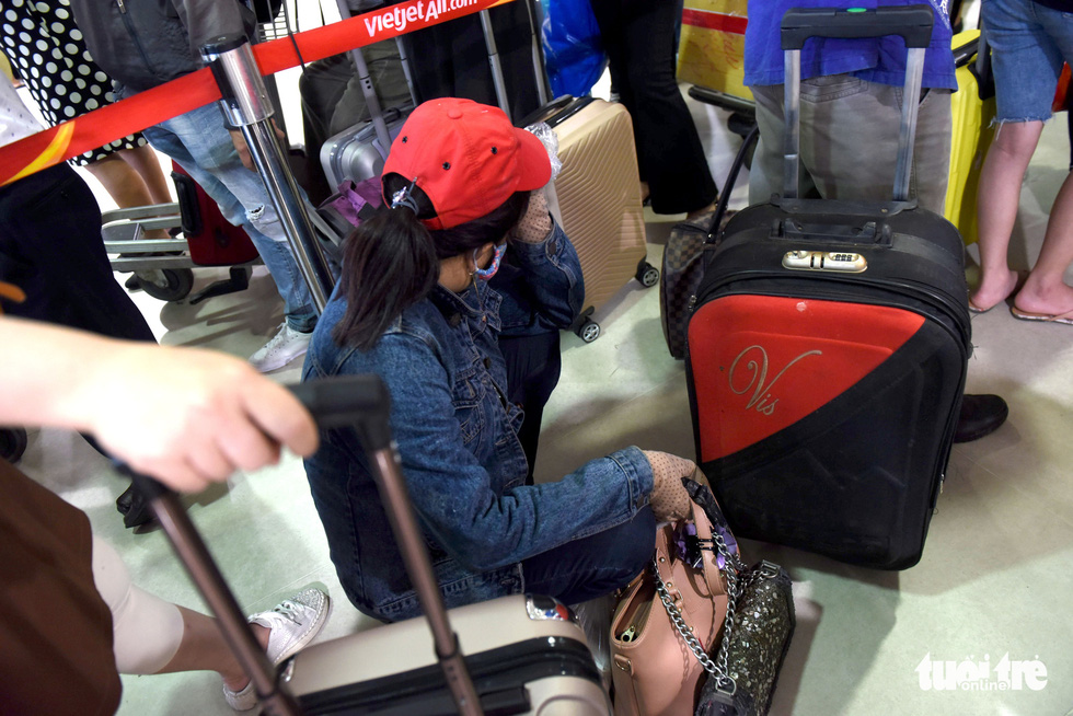 Hàng ngàn khách chen chúc chờ soi chiếu ở sân bay Tân Sơn Nhất - Ảnh 12.