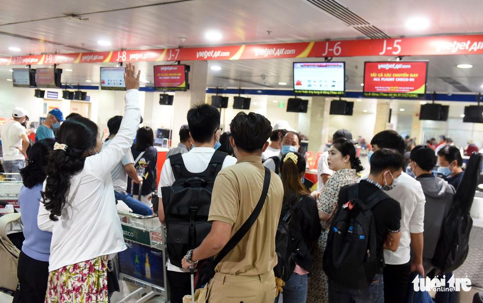 Hàng ngàn khách chen chúc chờ soi chiếu ở sân bay Tân Sơn Nhất - Ảnh 4.