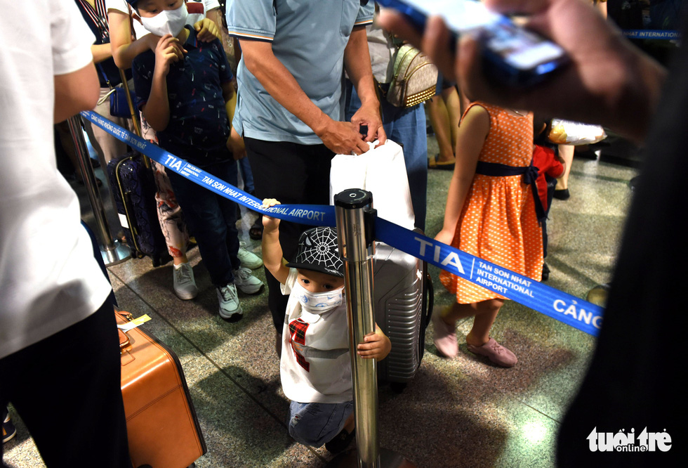 Hàng ngàn khách chen chúc chờ soi chiếu ở sân bay Tân Sơn Nhất - Ảnh 5.