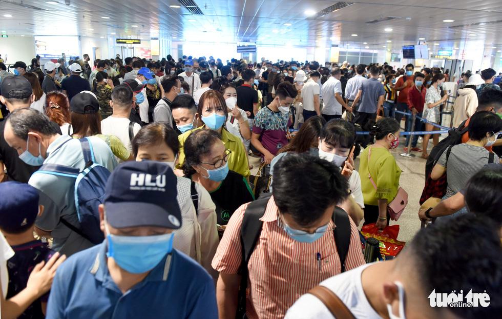 Hàng ngàn khách chen chúc chờ soi chiếu ở sân bay Tân Sơn Nhất - Ảnh 6.