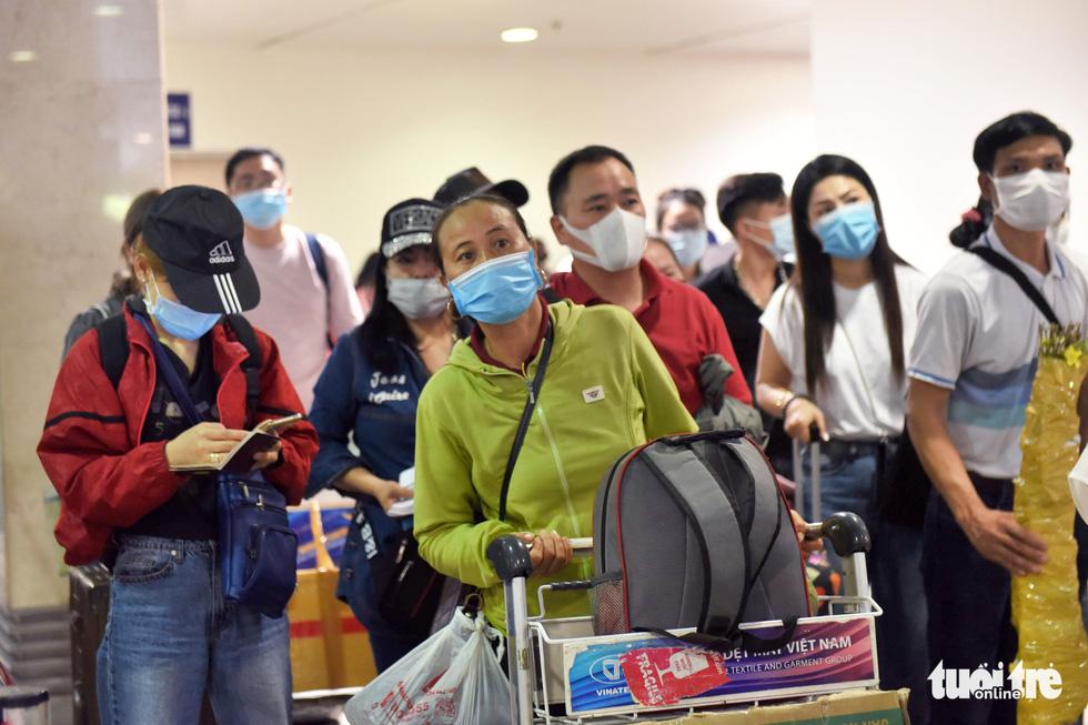 Hàng ngàn khách chen chúc chờ soi chiếu ở sân bay Tân Sơn Nhất - Ảnh 7.