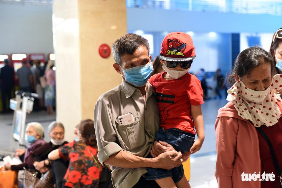 Hàng ngàn khách chen chúc chờ soi chiếu ở sân bay Tân Sơn Nhất - Ảnh 9.