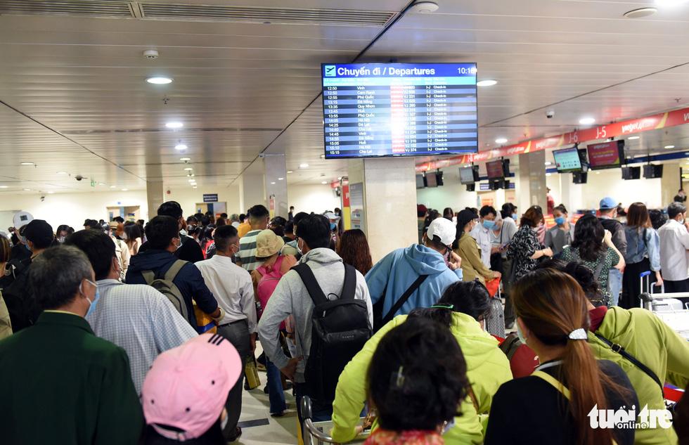 Hàng ngàn khách chen chúc chờ soi chiếu ở sân bay Tân Sơn Nhất - Ảnh 8.