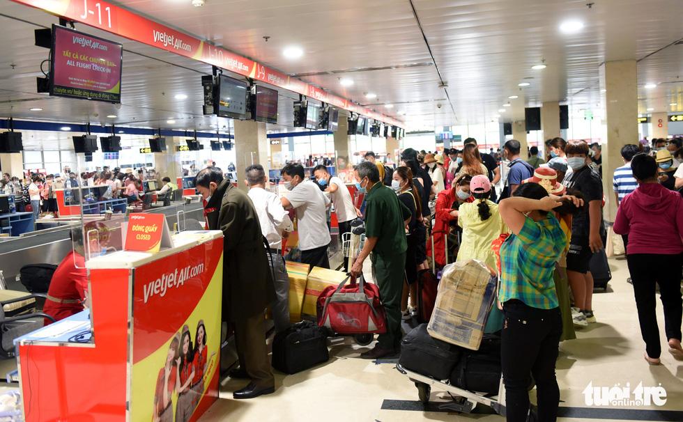 Hàng ngàn khách chen chúc chờ soi chiếu ở sân bay Tân Sơn Nhất - Ảnh 10.