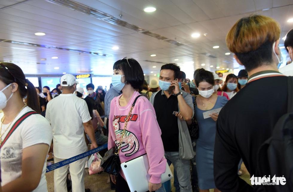 Hàng ngàn khách chen chúc chờ soi chiếu ở sân bay Tân Sơn Nhất - Ảnh 11.