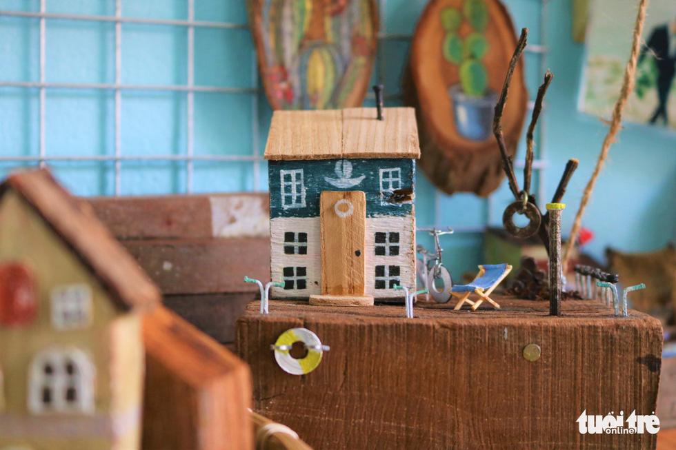 Chàng trai 9X nhặt gỗ vụn, kiếm tiền từ mô hình nhà mini siêu cưng - Ảnh 2.