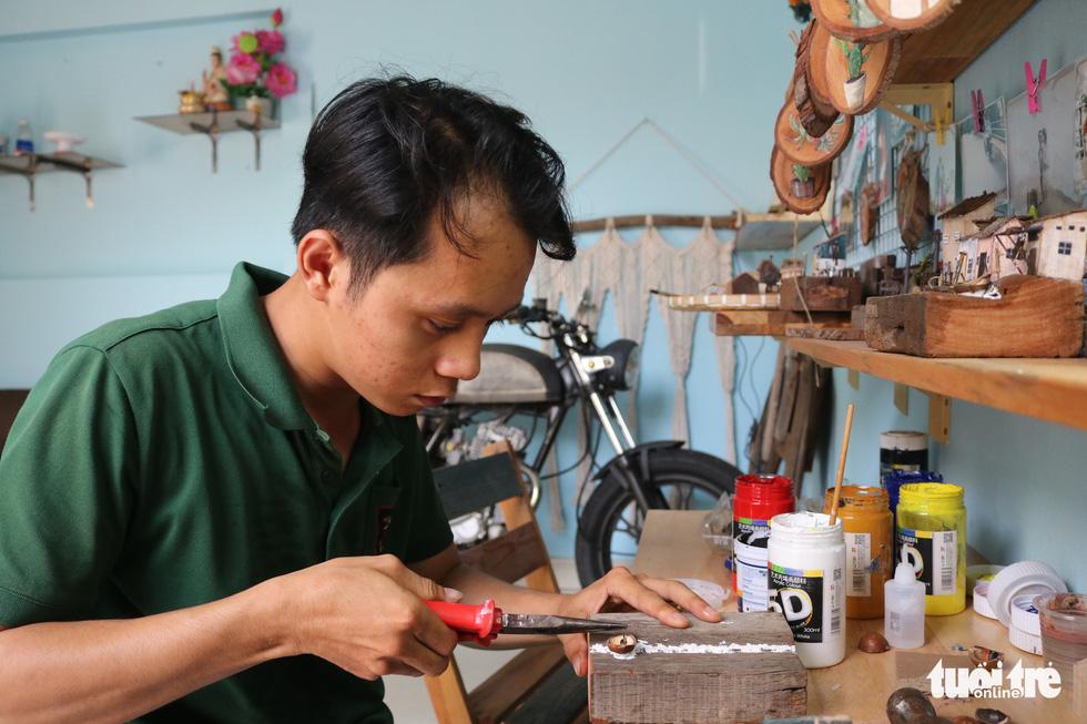 Chàng trai 9X nhặt gỗ vụn, kiếm tiền từ mô hình nhà mini siêu cưng - Ảnh 1.