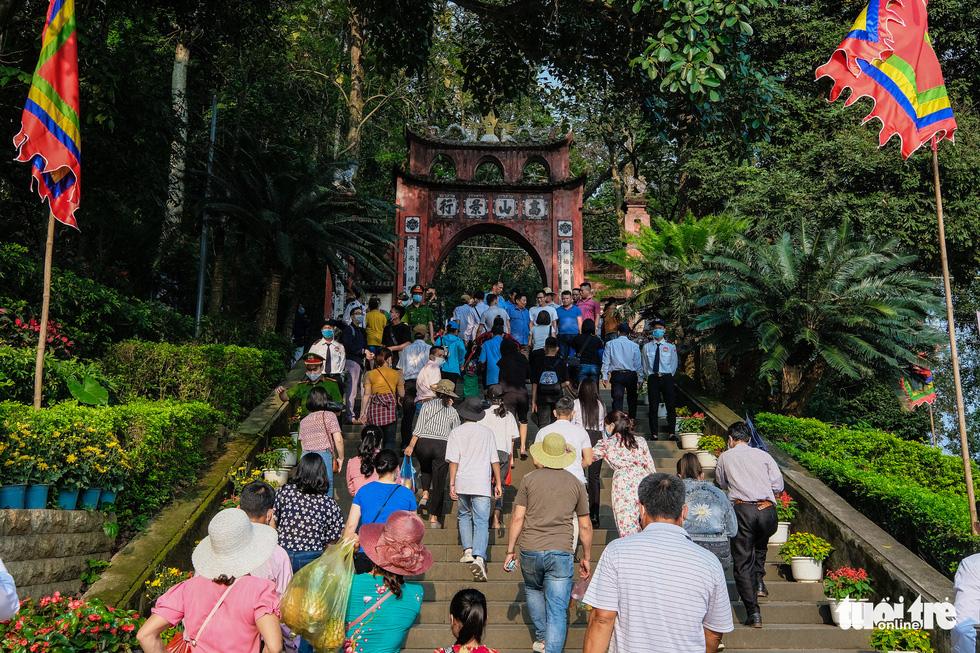 Trước ngày giỗ Tổ Hùng Vương, con dân Việt bắt đầu đổ về đền Hùng, Phú Thọ - Ảnh 1.
