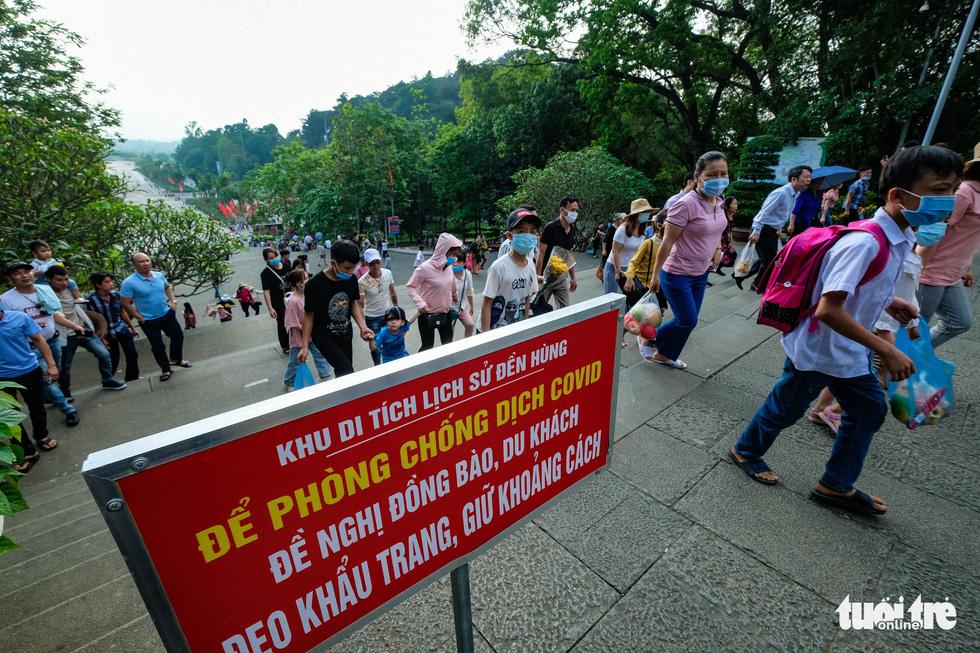 Trước ngày giỗ Tổ Hùng Vương, con dân Việt bắt đầu đổ về đền Hùng, Phú Thọ - Ảnh 3.