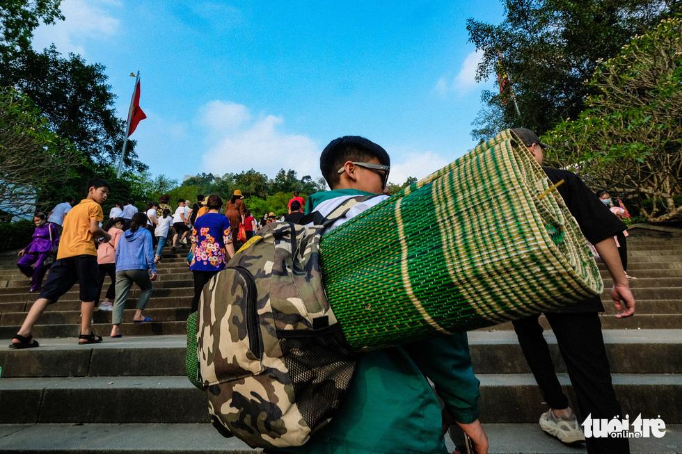 Trước ngày giỗ Tổ Hùng Vương, con dân Việt bắt đầu đổ về đền Hùng, Phú Thọ - Ảnh 8.