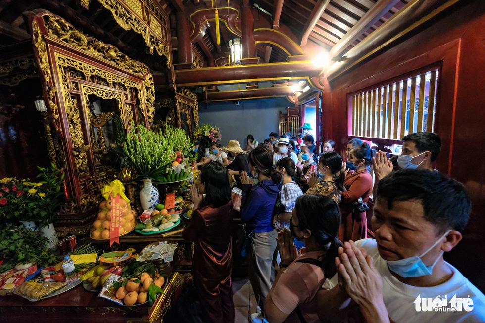 Trước ngày giỗ Tổ Hùng Vương, con dân Việt bắt đầu đổ về đền Hùng, Phú Thọ - Ảnh 6.