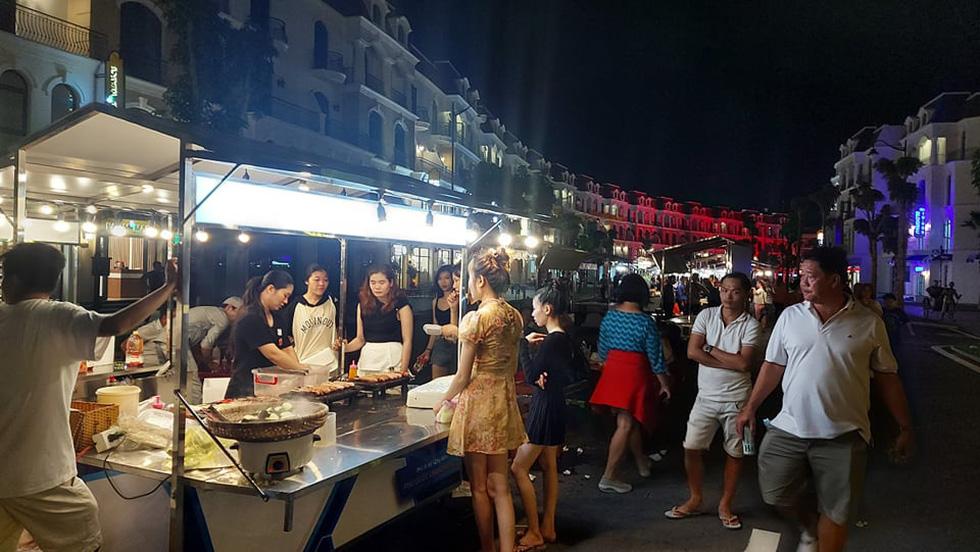 Du khách đổ về thành phố không ngủ ở Phú Quốc, càng về khuya càng nhộn nhịp - Ảnh 9.