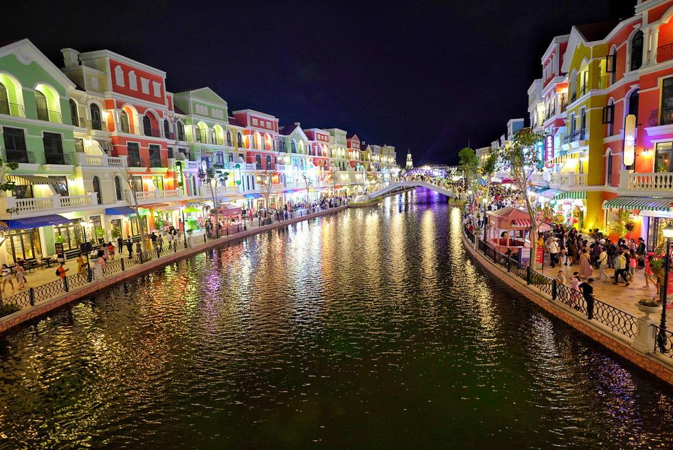 Du khách đổ về thành phố không ngủ ở Phú Quốc, càng về khuya càng nhộn nhịp - Ảnh 5.