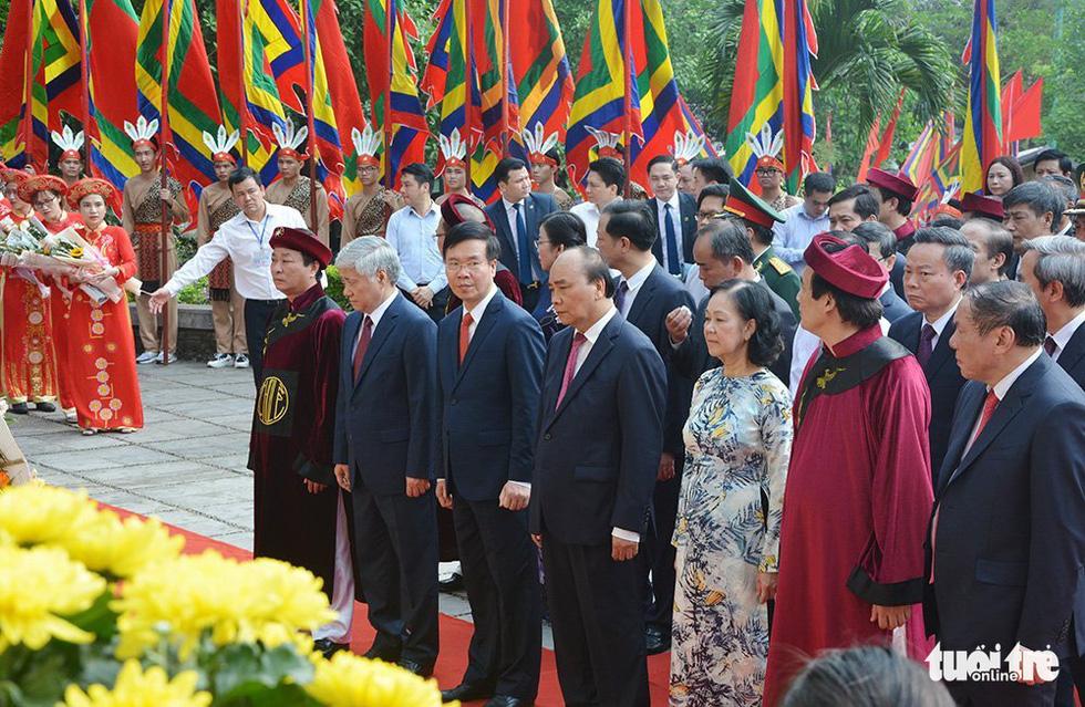 Chủ tịch nước Nguyễn Xuân Phúc dâng hương tưởng nhớ các Vua Hùng - Ảnh 10.