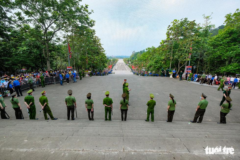 Biển người đổ về dâng lễ ở đền Hùng, Phú Thọ - Ảnh 3.