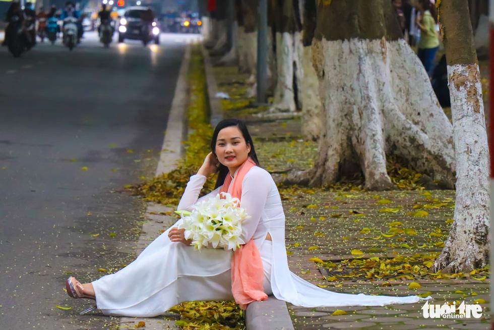 Con đường đẹp nhất Hà Nội rực vàng mùa sấu thay lá - Ảnh 7.