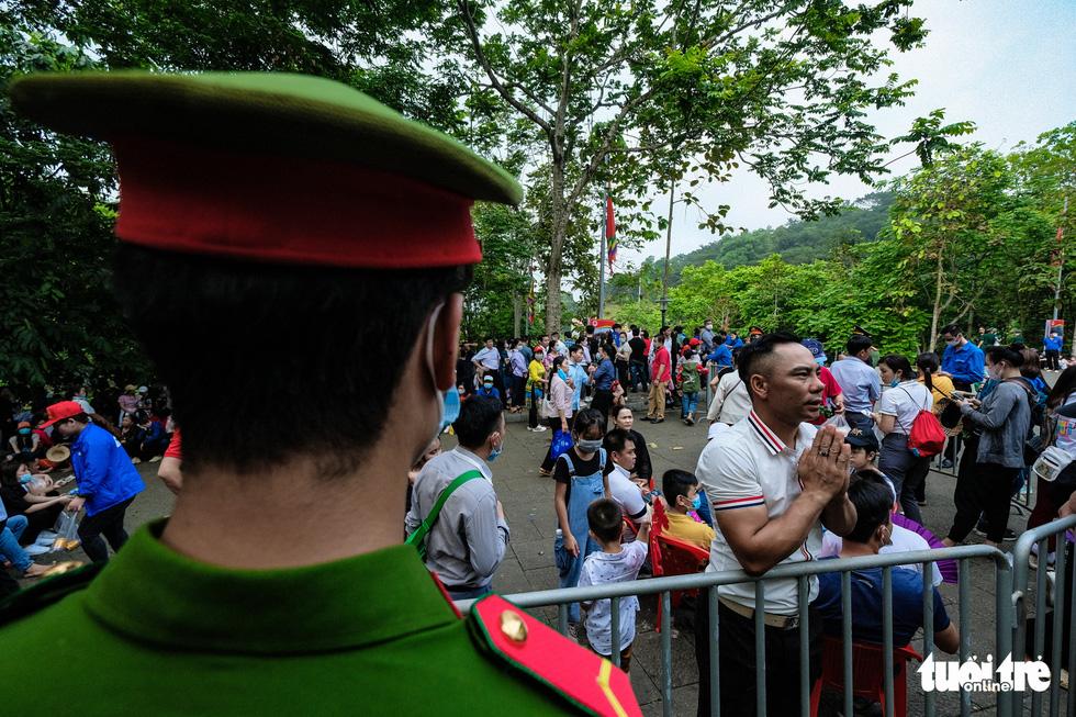 Chủ tịch nước Nguyễn Xuân Phúc dâng hương tưởng nhớ các Vua Hùng - Ảnh 7.