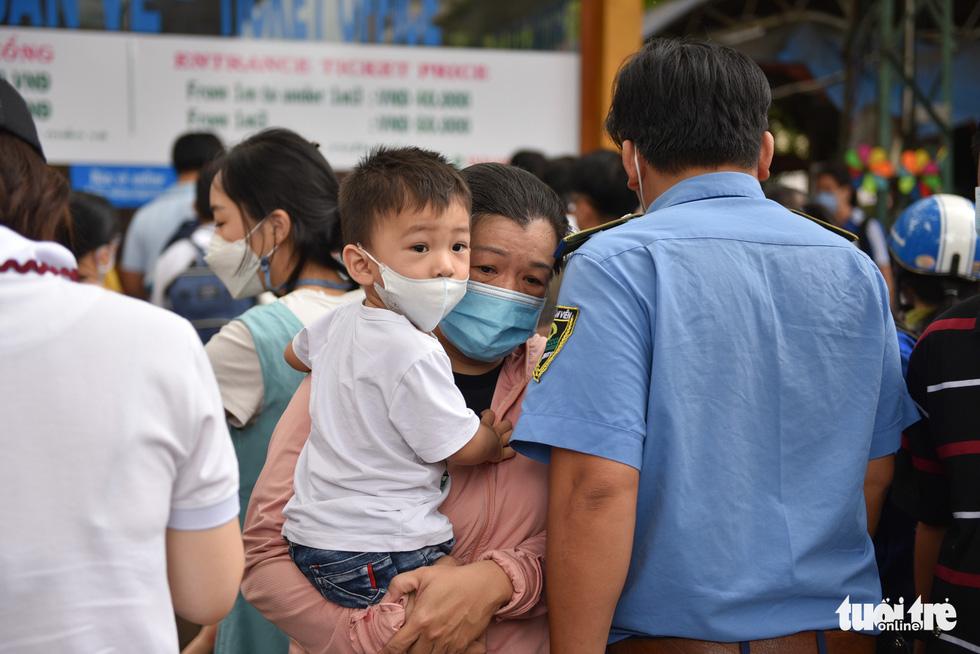 Đông nghịt người xếp hàng chờ mua vé vào Thảo cầm viên Sài Gòn - Ảnh 3.