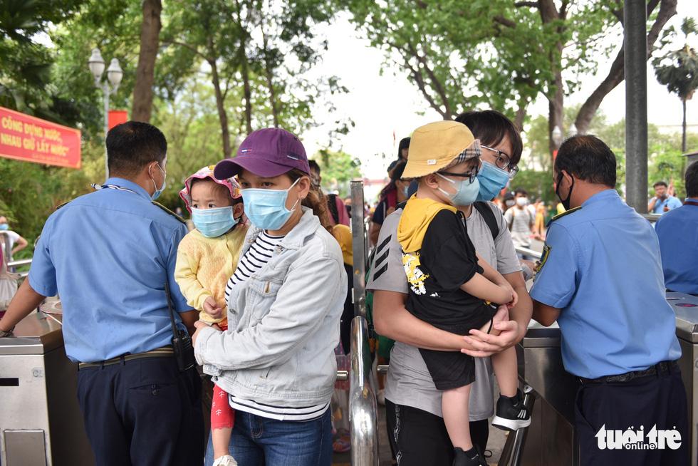 Đông nghịt người xếp hàng chờ mua vé vào Thảo cầm viên Sài Gòn - Ảnh 5.